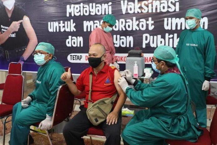 Petugas vaksinator