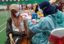 Vaksinasi warga di GOR Jatidiri