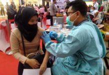 Kegiatan vaksinasi di Mall