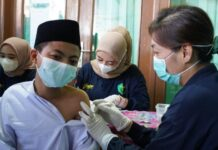 Santri mengikuti vaksinasi