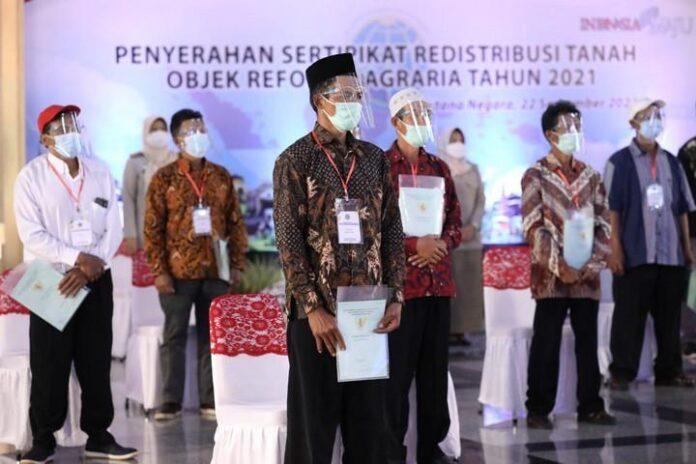 Jokowi bagi-bagi sertipikat