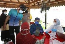 Vaksinasi pedagang di Candi Borobudur
